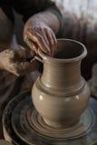 Töpfer, der ein Stück Lehm bearbeitet Stockfotos