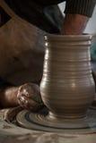 Töpfer, der ein Stück Lehm bearbeitet Lizenzfreie Stockfotos