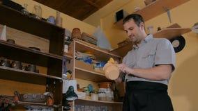 Töpfer, der Keramik für das Brennen vorbereitet stock video