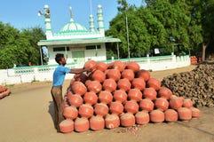 Töpfer, der Töpfe nahe Kumbharwada, Ahmedabad herstellt lizenzfreies stockbild