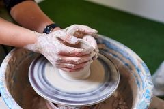 Töpfer-Fertigkeit-Hilfsmittel und Rad Besetzung der Kunsttherapie Herstellung eines Topfes des Lehms stockfotos