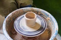 Töpfer-Fertigkeit-Hilfsmittel und Rad Herstellung eines Topfes des Lehms stockfotos
