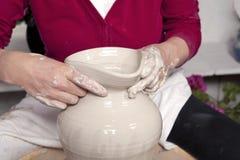 Töpfer mit Vase Lizenzfreie Stockfotos
