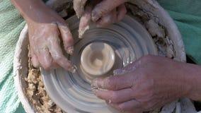 Töpfer ` s Handarbeit mit Lehm auf einem Töpfer ` s Rad stock video footage