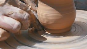 Töpfer ` s Handarbeit mit Lehm auf einem Töpfer ` s Rad Langsame Bewegung stock footage