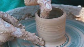 Töpfer ` s Handarbeit mit Lehm auf einem Töpfer ` s Rad Langsame Bewegung stock video