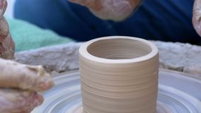 Töpfer ` s Handarbeit mit Lehm auf einem Töpfer ` s Rad Langsame Bewegung stock video footage