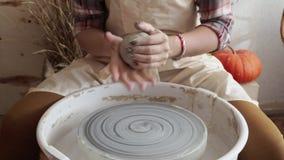 Töpferfrau knetet den Lehm in einer Tonwarenwerkstatt stock video footage