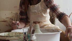 Töpferfrau sculpts Lehmprodukt in einer Tonwarenwerkstatt stock video