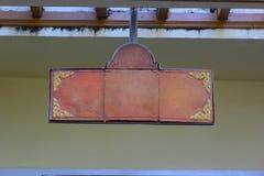 Töpferwarenbrett hängt an der Hausmauer. Lizenzfreies Stockfoto