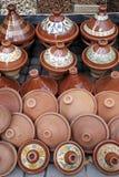 Töpferwarentajines und -schüsseln von Fez lizenzfreies stockfoto