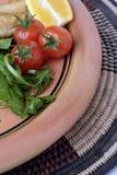 Töpferwareplatte und nahes Getreide des Salats lizenzfreies stockfoto