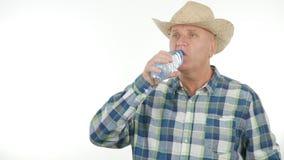 Törstig bonde Drinking Water From en flaska royaltyfria foton