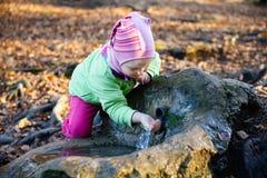 Törstig flicka som dricker vårvatten Arkivbilder