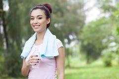 Törstig jogger Arkivfoton