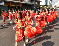 Törstiga flickor ståtar gatorna Royaltyfri Bild