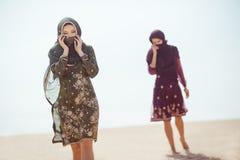 Törstiga kvinnor som går i en öken Borttappat under loppet royaltyfri fotografi