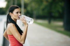 Törstigt kvinnadricksvatten som ska återfås krafter Royaltyfri Bild