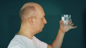 Törstigt moget mandricksvatten från exponeringsglas lager videofilmer