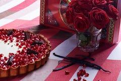 Törtchen mit Granatapfel auf hölzerner Tabelle Stockbild