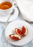 Törtchen mit rotem Kaviar Stockbilder