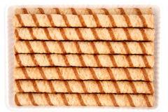Túbulos rayados de la oblea con una crema del chocolate Imagenes de archivo