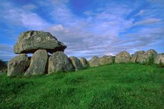 Túmulo 7, Carrowmore, na península de Knocknarea no condado Sligo, um local dos rituais fúnebres pré-históricos situados no monte fotografia de stock royalty free