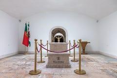 Túmulo com as sobras de um soldado desconhecido caído na capela memorável Imagem de Stock Royalty Free