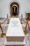 Túmulo com as sobras de um soldado desconhecido caído na capela memorável Imagens de Stock Royalty Free