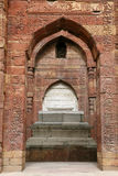 Túmulo de Iltutmish no complexo de Qutub Minar com projeto e caligrafia intrincados Fotos de Stock Royalty Free