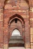 Túmulo de Iltutmish no complexo de Qutub Minar com projeto e caligrafia intrincados Foto de Stock
