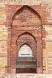 Túmulo de Iltutmish no complexo de Qutub Minar com projeto e caligrafia intrincados Fotos de Stock