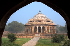 Túmulo de Isa Khan Niyazi considerado através do arco, complexo do túmulo de Humayun, imagem de stock royalty free