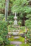 Túmulo de Minamoto Yorimasa no templo de Byodoin em Uji, Japão fotos de stock