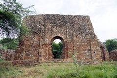 Túmulo do ` s de Balban no parque arqueológico de Mehrauli, Nova Deli Fotos de Stock