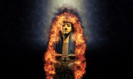 Túmulo dourado do rei egípcio no fogo fotografia de stock