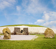 Túmulo megalítico da passagem do património mundial de Newgrange fotografia de stock royalty free