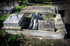 Túmulo quebrado velho no cemitério Imagens de Stock