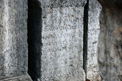 Túmulo romano antigo com texto latin Fotos de Stock Royalty Free