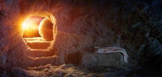 Túmulo vazio com saia e crucificação no nascer do sol
