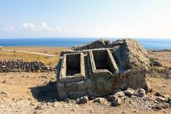 Túmulos antigos vazios por muito tempo esquecidos em uma ilha do Egeu de Turquia Fotografia de Stock