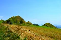 Túmulos celtas no platô de Transylvanian, Romênia, na vila de Sona, condado de Brasov Imagens de Stock