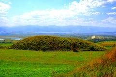 Túmulos celtas no platô de Transylvanian, Romênia, na vila de Sona, condado de Brasov Fotos de Stock Royalty Free