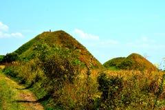 Túmulos celtas no platô de Transylvanian, Romênia, na vila de Sona, condado de Brasov Fotos de Stock