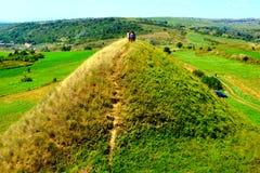 Túmulos celtas no platô de Transylvanian, Romênia, na vila de Sona, condado de Brasov Imagem de Stock