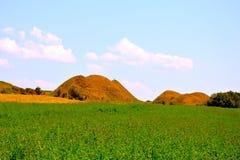 Túmulos celtas no platô de Transylvanian, Romênia, na vila de Sona, condado de Brasov Fotografia de Stock