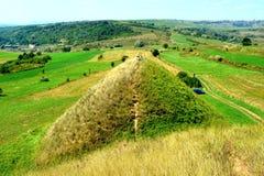 Túmulos celtas no platô de Transylvanian, Romênia Paisagem verde nos plenos verões em um dia ensolarado Imagem de Stock