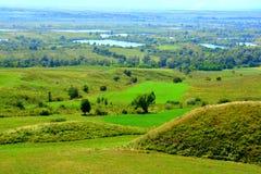 Túmulos celtas no platô de Transylvanian, Romênia Paisagem verde nos plenos verões em um dia ensolarado Foto de Stock