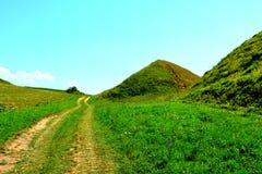 Túmulos celtas no platô de Transylvanian, Romênia Paisagem verde nos plenos verões em um dia ensolarado Fotografia de Stock