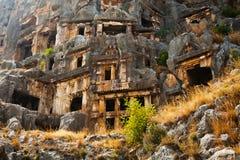 Túmulos de Lycian altos nas montanhas em Myra imagens de stock royalty free